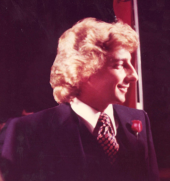564px-Barry_Manilow_1979