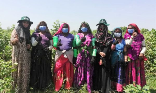 CABIs-women-trainer-with-women-workers-Noor-Nabi-Bhutto-2